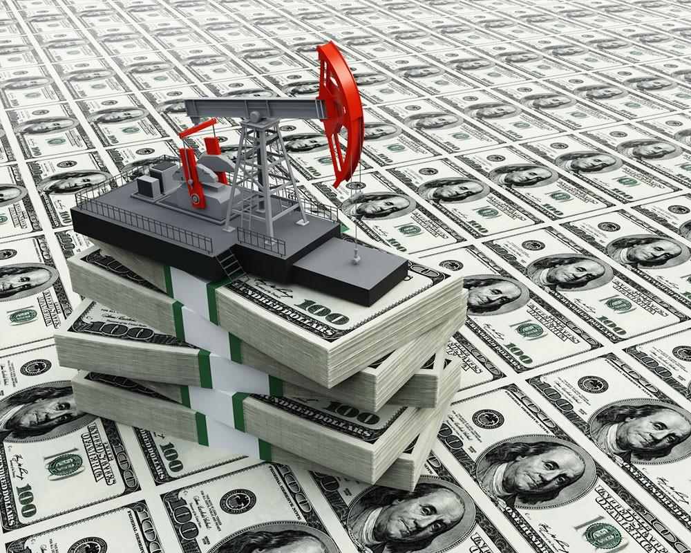 Дешевеющая нефть укрепляет доллар