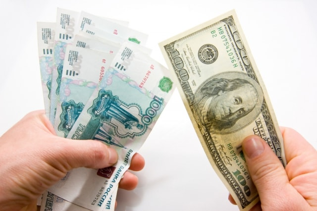 Курс рубля к доллару нестабилен