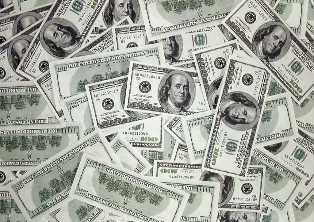 Рассыпанные долларовые купюры