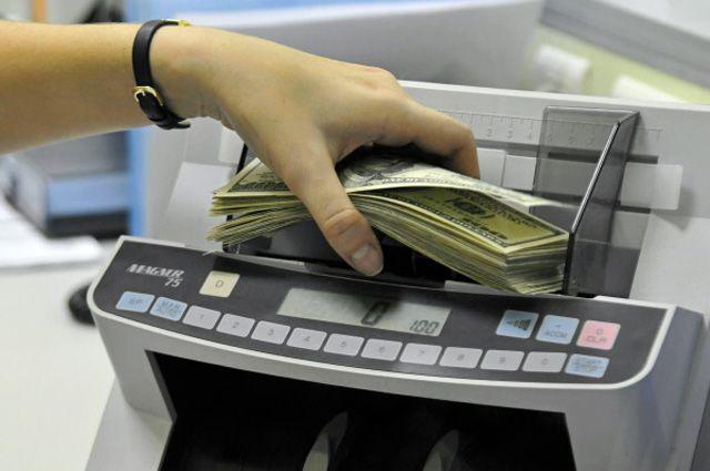 В обменных пунктах и банках плавающих курс доллара
