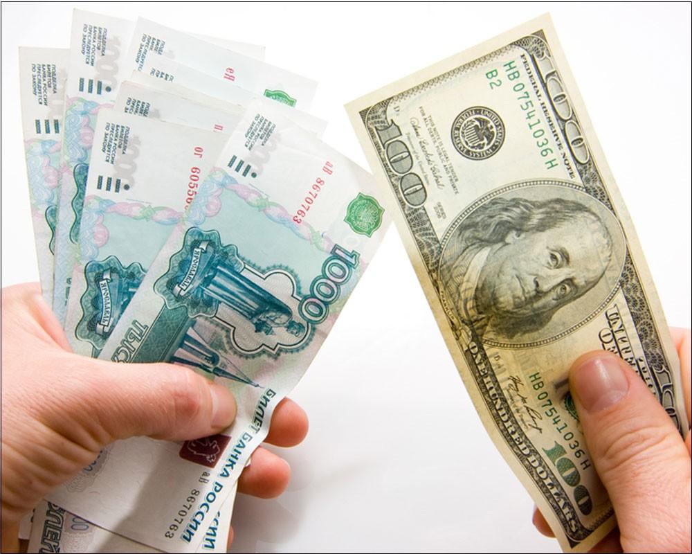 Доллары обменивают на рубли в любом банке