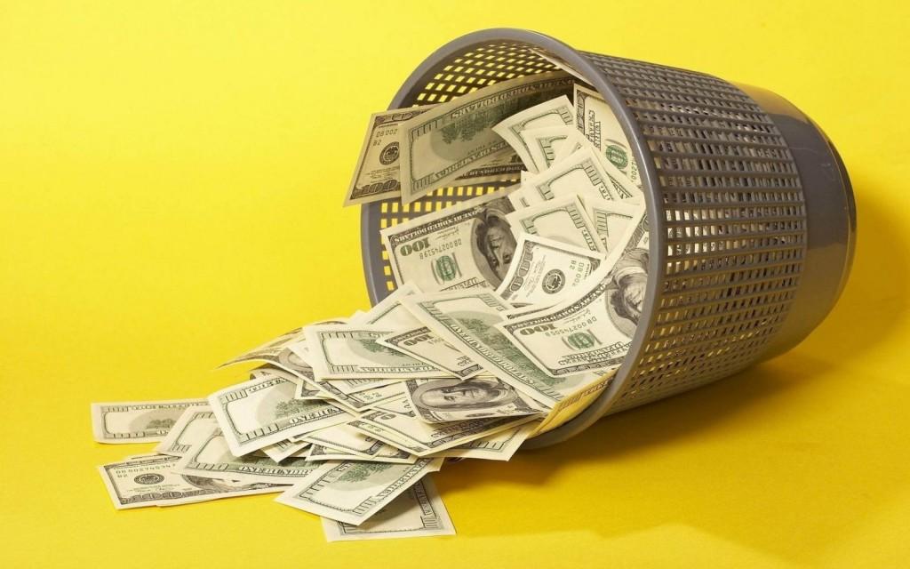 Доллары в мусорной корзине