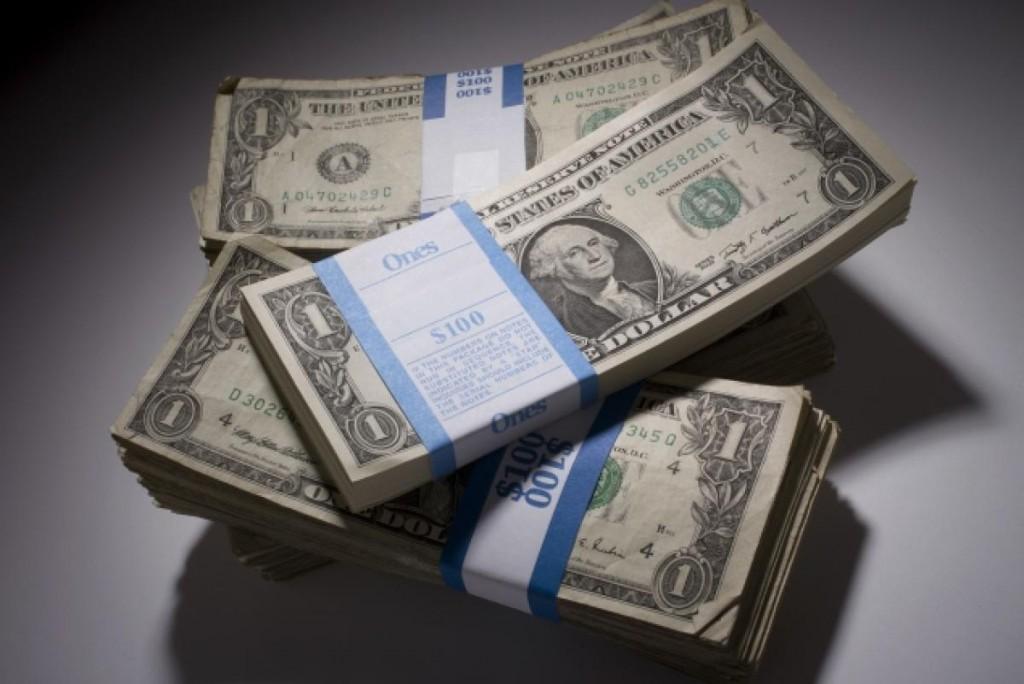 Пачки долларов три штуки